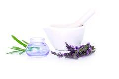 Lawenda kwiaty, lavander ekstrakt i montar z suchymi kwiatami odizolowywającymi na bielu, obrazy stock