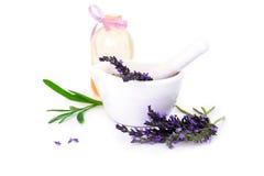 Lawenda kwiaty, lavander olej i montar z suchymi kwiatami odizolowywającymi na bielu, zdjęcia stock