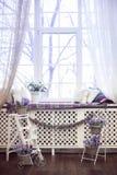 Lawenda kwiaty w biel garnków, łozinowych koszy stojaku i Fotografia Stock