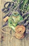 Lawenda kwitnie bukiet z ziołowymi oleju i domu narzędziami obliczenie zdjęcie royalty free