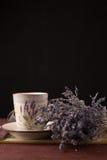 Lawenda z filiżanką herbata i tort na czarnym tle Obraz Stock