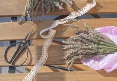 Lawendowa zbiera Lawendowa wiązka na drewnianym stole z światła słonecznego Aromatherapy Tradycyjną medycyną fotografia stock