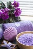 Lawendowe kąpielowe sole z kwiatami, cynamonem, mydłem i ręcznikiem, Fotografia Stock