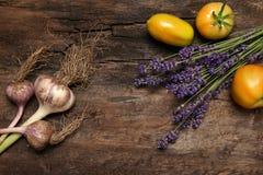 Lawendowi kwiatów pomidory, czosnek i Obrazy Stock