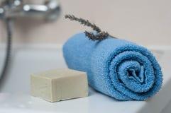 lawendy mydło i staczający się błękitny ręcznik w łazience Obraz Stock