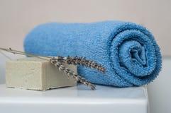 lawendy mydło i staczający się błękitny ręcznik w łazience Fotografia Stock