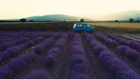 Lawendy pole przy zmierzchem Stary samochód dostawczy między rzędami zbiory