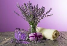 Lawendy sól, mydło, miękki ręcznik i świezi kwiaty na ciemnych deskach i, zdjęcie royalty free