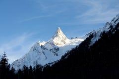 lawinowej przerwy nakrętki lewy góra przygotowywał dobrze cień błyszczącego skłonu śniegu szczyt target1813_0_ Zdjęcie Stock