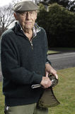 lawn man senior trimmer royaltyfri fotografi
