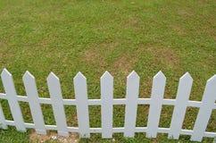 Lawn med det vita staket Royaltyfri Foto