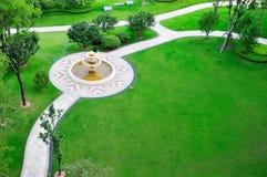Lawn med springbrunnen royaltyfri fotografi