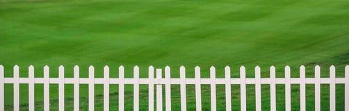 Lawn och staket royaltyfria bilder