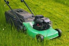 lawngräsklippningsmaskin royaltyfria foton