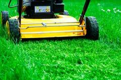 lawngräsklippningsmaskin Fotografering för Bildbyråer