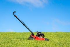 Lawngräsklippningsmaskin i gräs royaltyfri bild