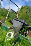 lawngräsklippningsmaskinen lutade Royaltyfria Foton