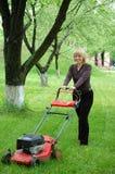 lawngräsklippningsmaskinkvinna Royaltyfria Foton