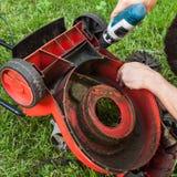 lawngräsklippningsmaskinreparation arkivbilder