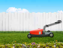 Lawnmover en patio trasero Foto de archivo libre de regalías