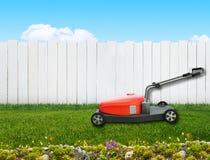 Lawnmover i trädgård Royaltyfri Foto