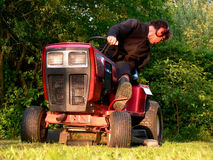 Lawnmover Mann - Mähen des Rasens Stockfotografie