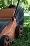 Lawnmower elétrico na grama - vista lateral imagem de stock royalty free