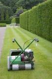 Lawnmower przeciw tłu żywopłot w Angielskim ogródzie Obrazy Stock