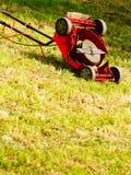 Lawnmower velho quebrado na grama do quintal Foto de Stock