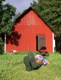 Lawnmowing y relajación Fotos de archivo libres de regalías