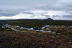 Lawowy pole w Iceland Godafoss spadków terenie na tle odległe góry i burzowy niebo Obraz Royalty Free
