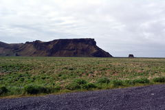 Lawowy pole w Iceland Hrifunes terenie na tle odległe góry i burzowy niebo Zdjęcia Royalty Free
