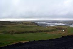 Lawowy pole w Iceland Hrifunes terenie na tle odległe góry i burzowy niebo Zdjęcia Stock