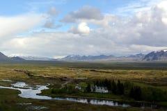 Lawowy pole w Iceland Hrifunes terenie na tle odległe góry i burzowy niebo w Thingvellir terenie Zdjęcia Royalty Free