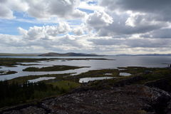 Lawowy pole w Iceland Hrifunes terenie na tle odległe góry i burzowy niebo w Thingvellir terenie Obraz Stock