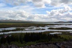Lawowy pole w Iceland Hrifunes terenie na tle odległe góry i burzowy niebo w Thingvellir terenie Obrazy Royalty Free