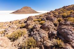 Lawowy skał formacj Salar De Uyuni wysp gór krajobraz Obrazy Royalty Free