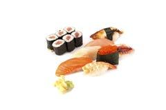 laxål och tonfiskrulle som är combo på vit Arkivfoto