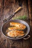 Lax Grillad fisklax Grillad laxbiff i grillad panna på den lantliga trätabellen Royaltyfria Bilder