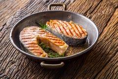 Lax Grillad fisklax Grillad laxbiff i grillad panna på den lantliga trätabellen Arkivbilder