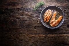 Lax Grillad fisklax Grillad laxbiff i grillad panna på den lantliga trätabellen Arkivbild