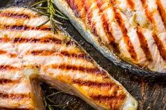 Lax Grillad fisklax Grillad laxbiff i grillad panna på den lantliga trätabellen Arkivfoto