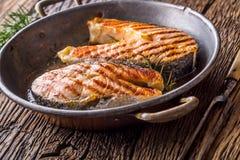 Lax Lax Grillad fisklax Grillad laxbiff i grillad panna på den lantliga trätabellen Royaltyfri Fotografi