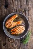 Lax Grillad fisklax Grillad laxbiff i grillad panna på den lantliga trätabellen Royaltyfri Bild