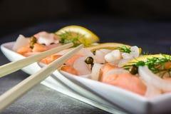 Lax i en marinad av ren citronjuice - sund maträtt fotografering för bildbyråer