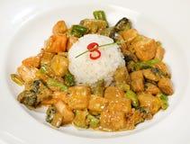 Lax i indones - laxen, haricot vert, broccoli, bananen, kokosnöt mjölkar, lagar mat med grädde, ryktar, ingefäran arkivbilder
