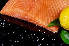 Lax på svart träbästa sikt för tabell begrepp för fiskmat Arkivfoto
