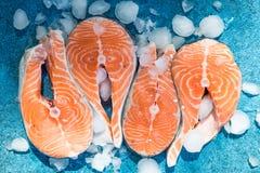 Lax Röd fiskbiff för rå forell som tjänas som med örter och is på den blåa stenen Laga mat laxen, havsmat ?ta f?r begrepp som ?r  royaltyfri bild