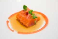 Lax som tjänas som som den gourmet- sashimien Arkivbilder