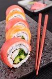 Lax- & tonfisksushirulle med pinnar Royaltyfri Foto